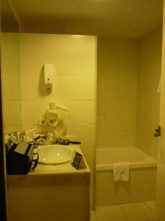 Hotel Subur: Bathroom