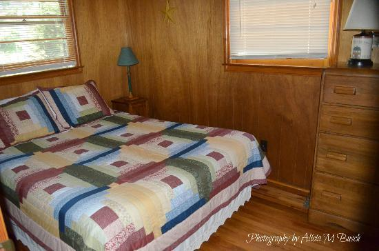 Cozy Creek Cottages: Bedroom - Cabin #3