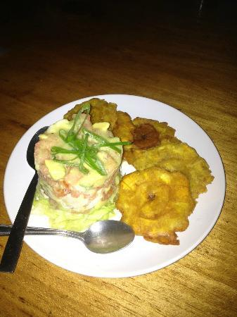 Las Caracolas: Delicious ceviche with fried plantains