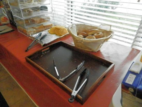 Days Inn Surrey: Café da manhã - Cadê os croissants? 