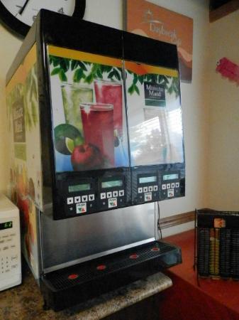 Days Inn Surrey: Café da manhã - Maquina de sucos inativa
