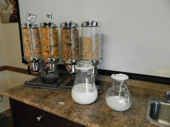 Days Inn Surrey: Café da manhã - Leite fora do refrigerador
