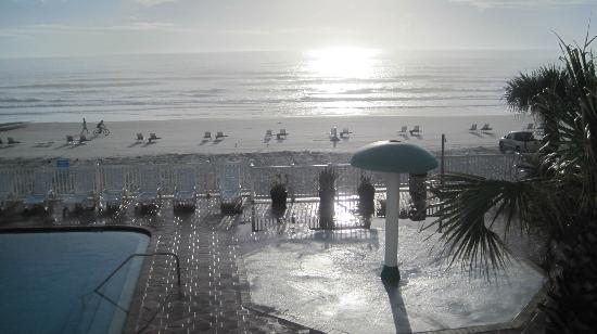 Boardwalk Inn and Suites: Early Morning view from 2nd mfloor oceanfront room