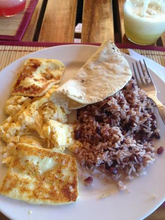 Ritmo Tropical Restaurant Pizzeria : Casado - fried cheese, rice/beans, eggs, pineapple batido