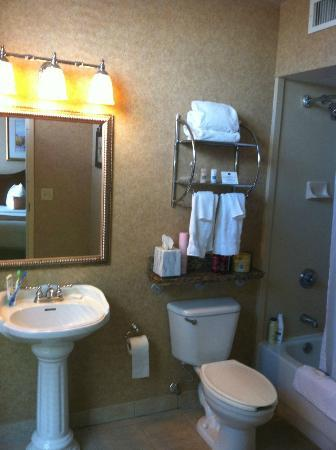 Best Western Plus St. Christopher Hotel: Large bathroom
