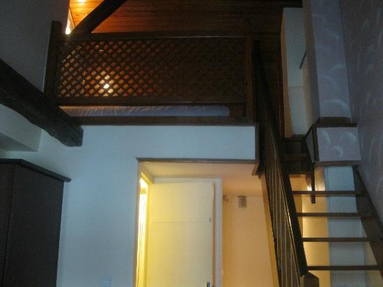 Le Faubourg Hotel: Habitacion doble, la segunda cama subiendo las escaleras