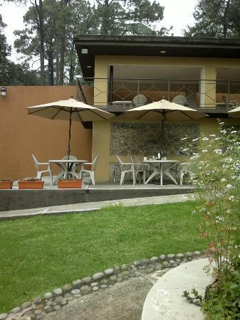 Casa Maria Hosteria: aquí en las mesitas con sombrilla se desayuna y arriba también hay mesas para hacerlo.