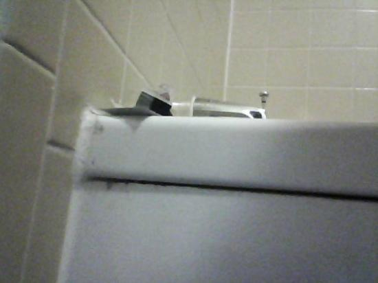 Red Roof Inn Michigan City: crud on tub
