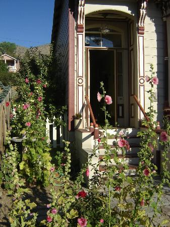 B Street House Bed and Breakfast: Beautiful Gardens