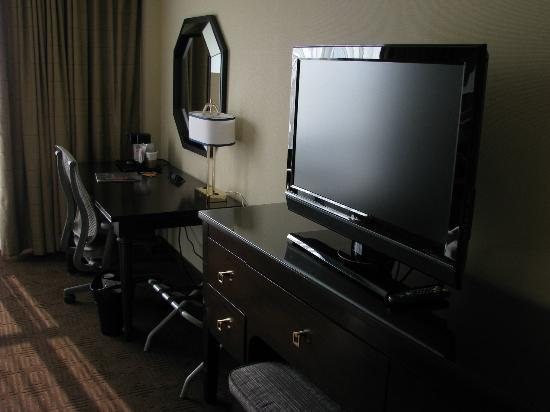 Sheraton Philadelphia Society Hill Hotel: Large TV!
