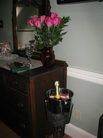 Bernerhof Inn Bed and Breakfast: Celebrated our Anniversary at the Bernhoff w/roses, chocolates and champagne