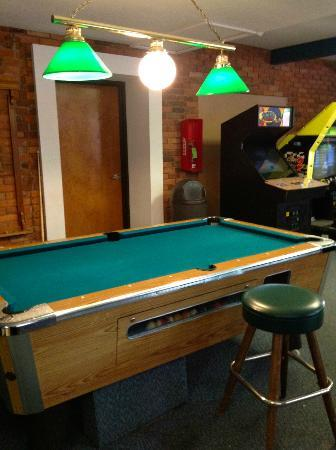 BEST WESTERN Valley Plaza Inn: Arcade and billiards with missing lamp shade