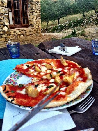 Agriturismo Piaggione di Serravalle: Authentic wood-fired pizza cooked by Alberto