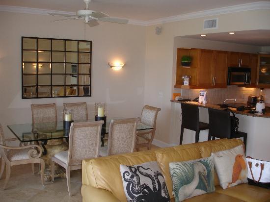 فيلا رينايسانس: View of the dining and kitchen area, Unit 202