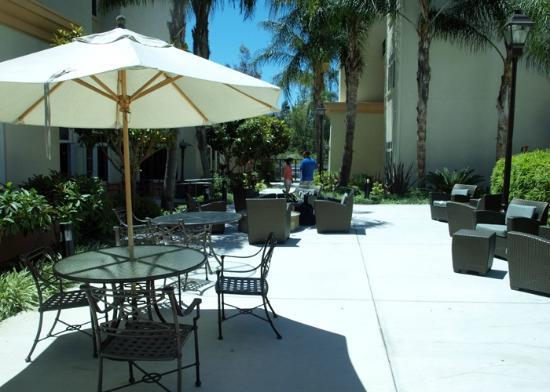 Residence Inn Los Angeles Westlake Village: Firepit and Lounge Furniture