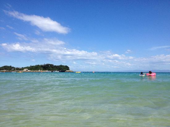 Tsutsukihama Beach: 青い空、白い雲、エメラルドグリーンの海。理想的な海水浴スポットだと思います♪(´▽`)