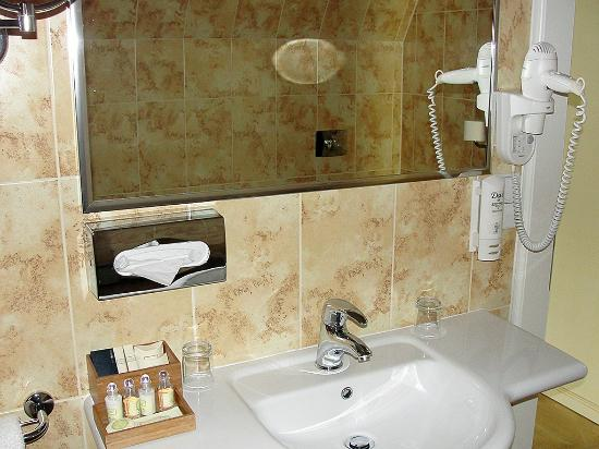 Merchant's Yard Residence: Well equipped bathroom