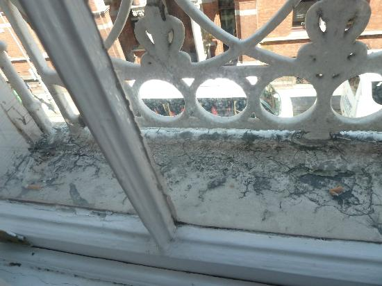 Kildare Street Hotel: Not so clean window