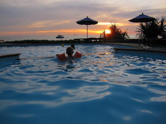 อมันตรา รีสอร์ท แอนด์ สปา: Nice pool sunstet