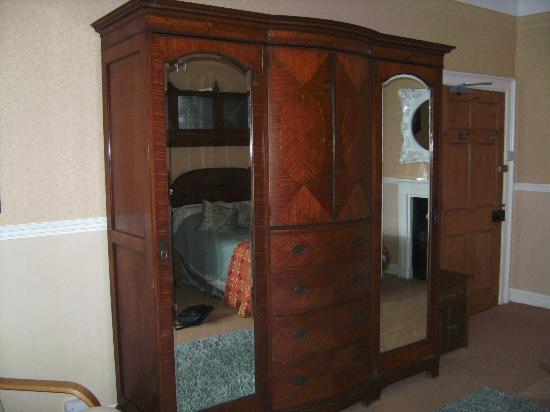 Priskilly Forest Country House with Golf Club: Lovely big wardrobe also houses the TV!