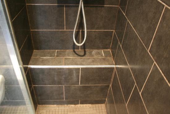 Atelier Montparnasse: shower