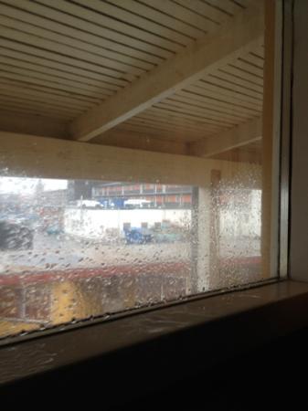 Hotel HirtsHals: det regner inn gjennom lukket vindu
