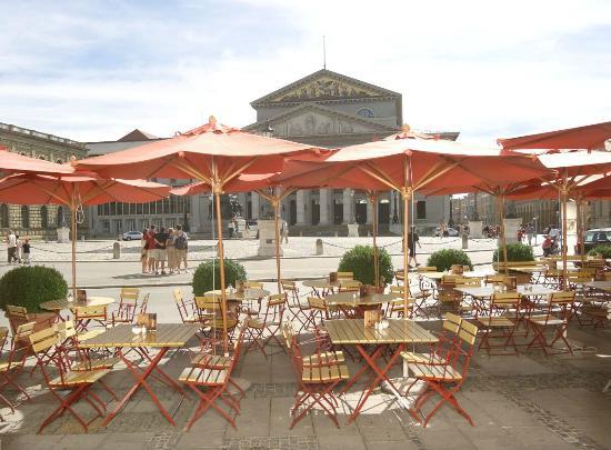 Spatenhaus: Unsere Tische vor dem Haus, mit Blick auf die Oper.
