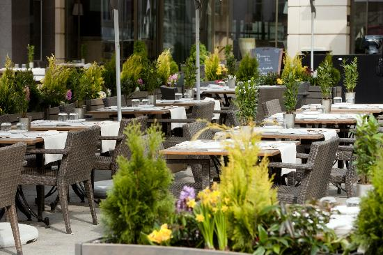 Le Place d'Armes Hotel : Terrasse de la Brasserie Plëss