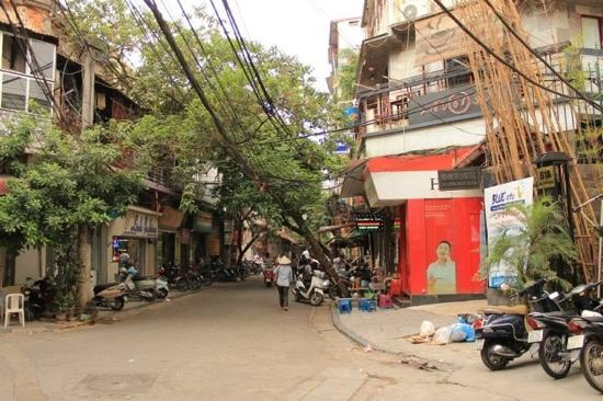 Camellia 4 Hanoi Hotel: just few steps outside the hotel (Right side) Hang Giay street -- lots of Bia Hoi (beers) just m