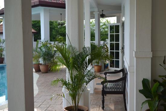 Rumah Putih Bed and Breakfast: Pool front