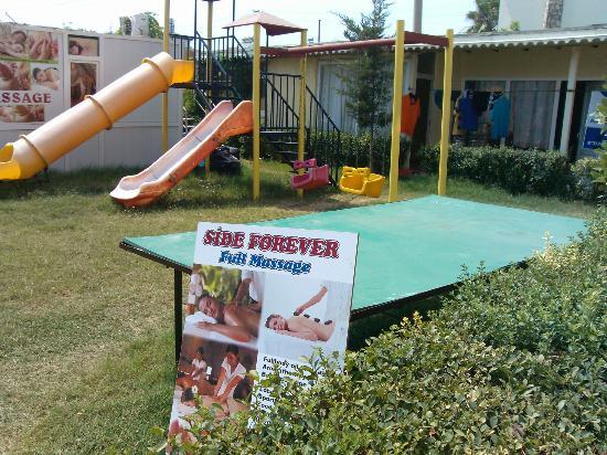 Truva Family Club: Personale bor ved legeplads. Går i eget tøj og bader med gæsterne