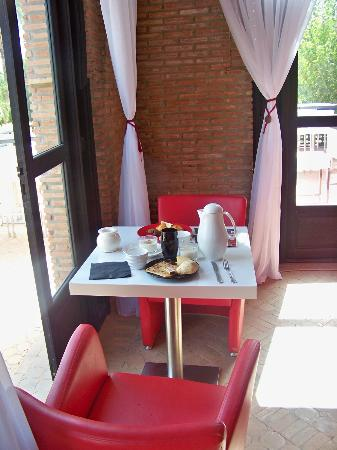 table petit d jeuner en amoureux picture of murano. Black Bedroom Furniture Sets. Home Design Ideas