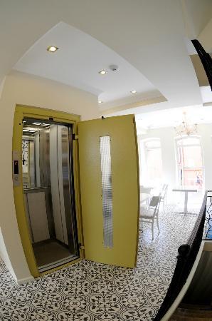Little House Hotel: Elevator