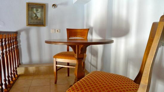Afroditi Hotel: Still with chairs and table