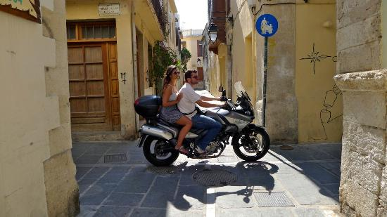 Afroditi Hotel: Narrow streets and motorbikes in Rethymnon