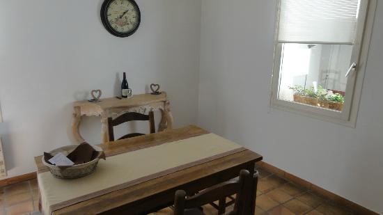 Maison de charme LA FONTAINE: Madeline suite: dinning room 