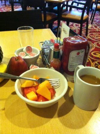 Courtyard Bloomington by Mall of America: B fast Fruit