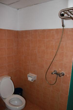 KAMALA BEACH INN: bathroom