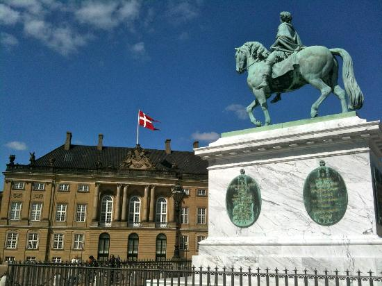 New Port Tours - Discover Copenhagen: Amalienborg Royal Palace