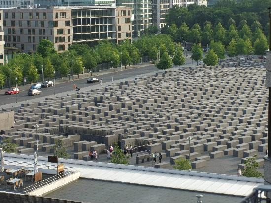 Apartments am Brandenburger Tor: View of Jewish Memorial from balcony