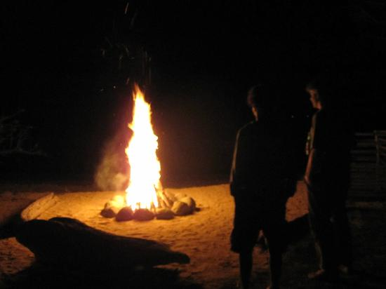 Pearl Beach Resort: relaxing and hanging out with other guests by the fire