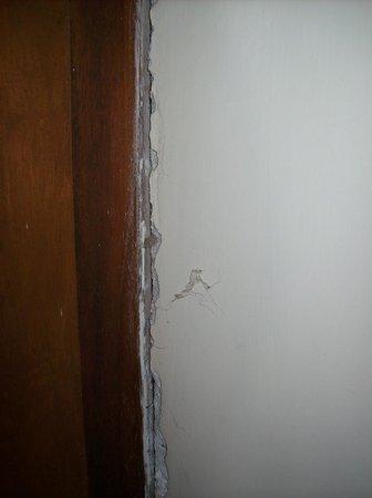 Spica Holiday Home:                   Gaten in muur naast kozijn