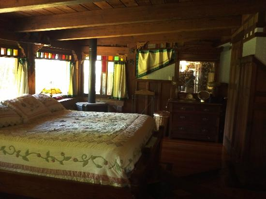 Howard Creek Ranch: Like bunking in an arty tree house, this lovely room!