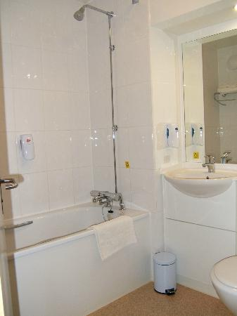 Premier Inn Lincoln (Canwick) Hotel: Bathroom.