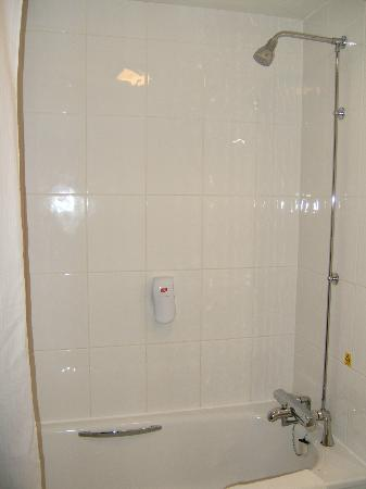 Premier Inn Lincoln (Canwick) Hotel: Shower over bath.