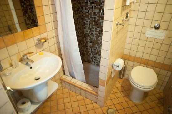 Almes B&B: Foro romano bathroom