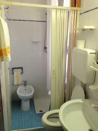 Il piccolissimo e pessimo bagno della mia camera foto di - Bagno piccolissimo in camera ...