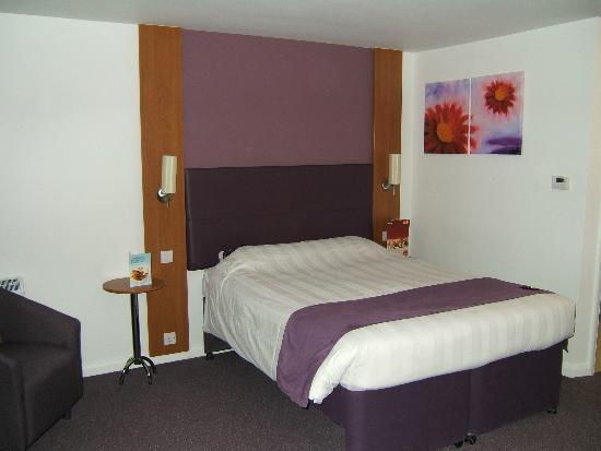 Premier Inn Boston Hotel: The bed.