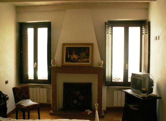 Antica Dimora di Manto: Our room had a fireplace