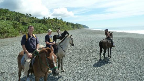 El Remanso Lodge : Horse back riding on the beach